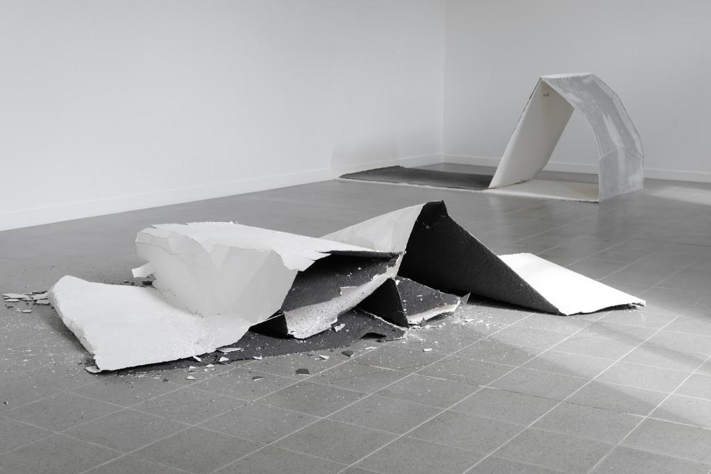 Continuum, murmure, (Cassables #3 et #4), Kerguéhennec 2013 Plâtre, pigment, filet synthétique 280 x 150 x 130 cm 130 x 130 x 280 cm © Arnaud Vasseux
